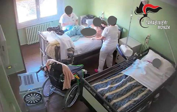 Anziani maltrattati e legati a letti in Rsa, 17 indagati ...