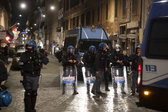 Covid: disordini durante protesta in centro Roma - Ultima Ora