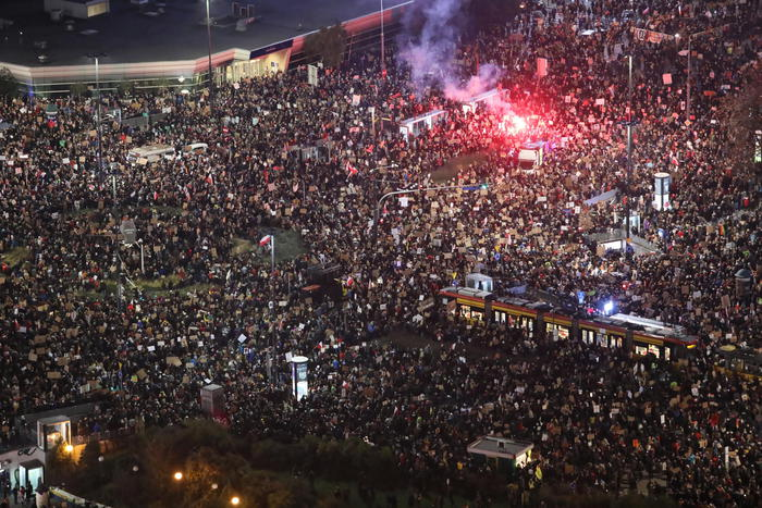 Centinaia di migliaia a Varsavia in difesa aborto - Mondo