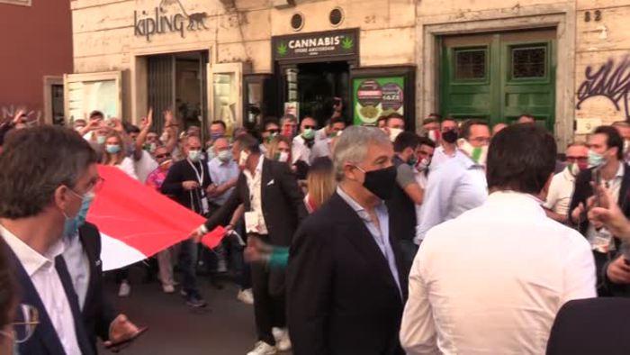 """2 giugno, la protesta della Destra con il tricolore e la Meloni balla sul coro """"Giorgia, Giorgia"""" thumbnail"""