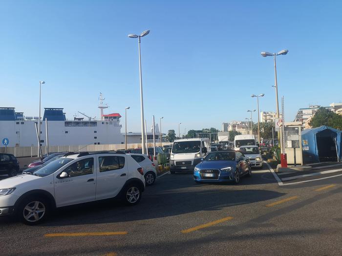 Sicilia riapre, code sullo Stretto per imbarcarsi