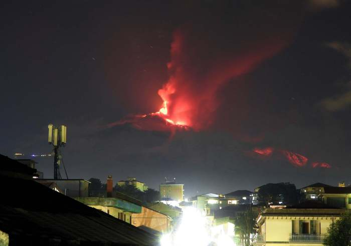 Weird Italy d791dd6ec93a1e2606cfc2bd44f2edc6 Etna belches spectacular double lava fountain - English What happened in Italy today