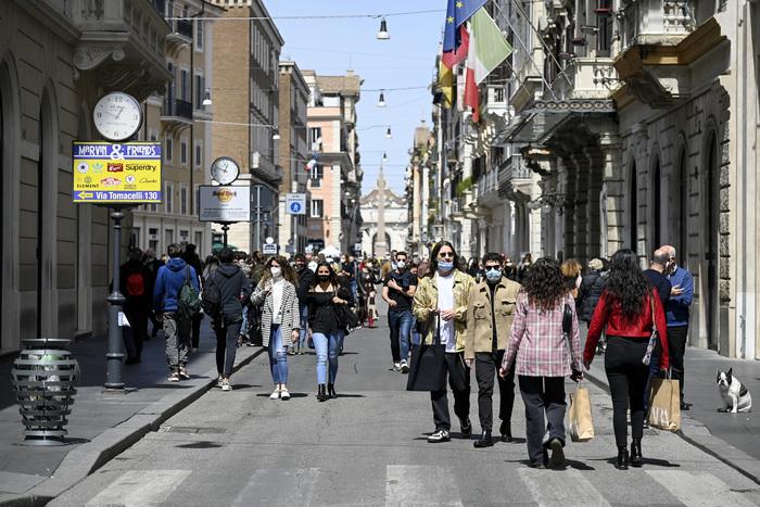 Covid: affollato il centro Roma, in molti a passeggio ...