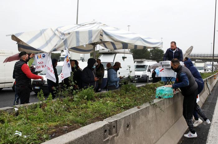 Street traders block Rome ring road - English - ANSA.it