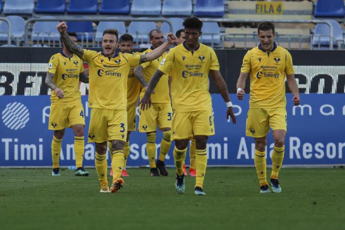 Calcio: colpo Verona, il Cagliari sprofonda (0-2)