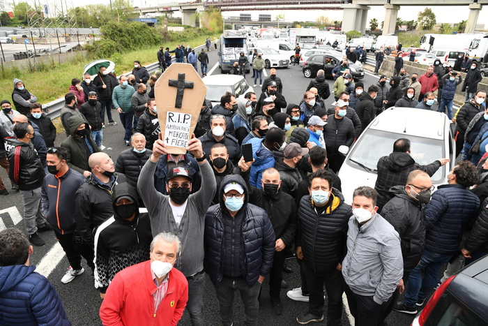 Weird Italy 7fb16e7e86cb94a0673114e863dc54fb Market trader protest blocks A1 motorway near Caserta What happened in Italy today