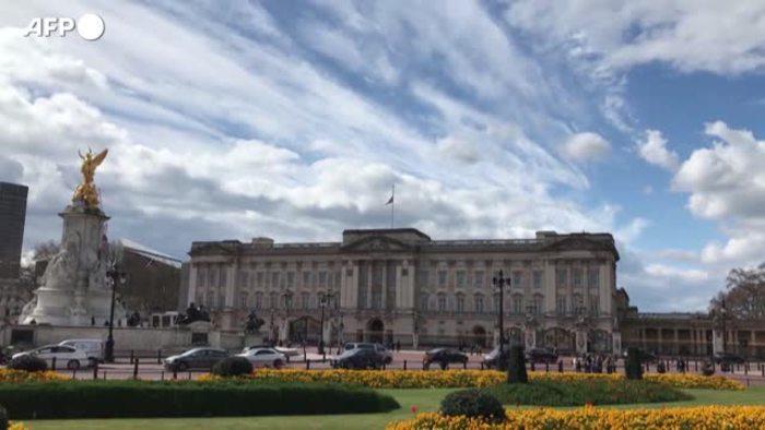 La Union Jack di Buckingham  Palace a mezzasta per la morte del Principe Philip