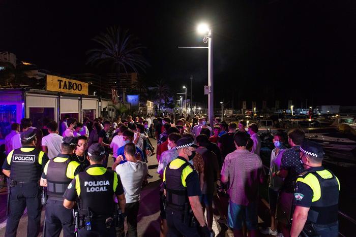 Spagna: coprifuoco a Marbella, la polizia sgombera un porto