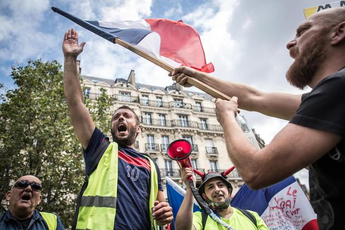 Proteste contro Green Pass a Parigi, cariche alla Bastiglia