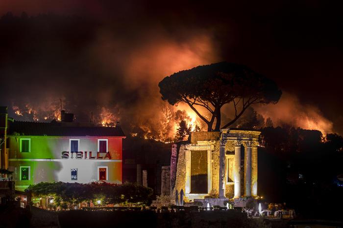 Fiamme alle porte di Roma, evacuate case e comunità a Tivoli