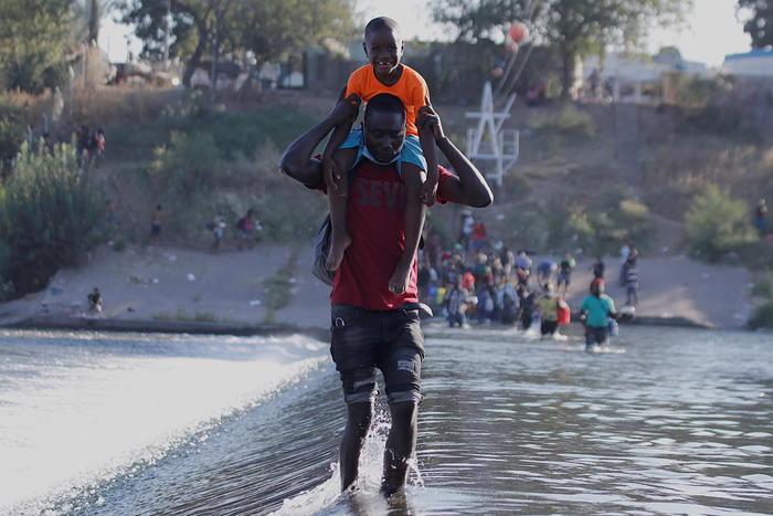Pronti voli per rimpatriare migranti al confine Usa-Messico - Ultima Ora