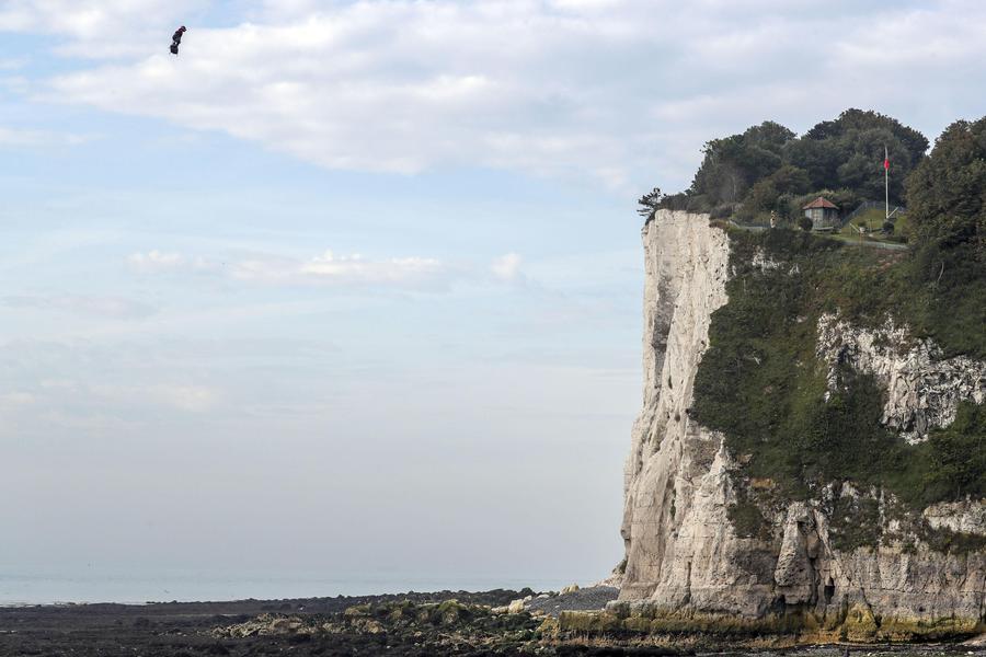 Francia: uomo volante trasvola la Manica