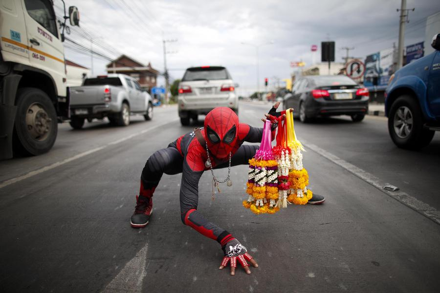 Vende fiori al semaforo vestito da spiderman LE FOTO