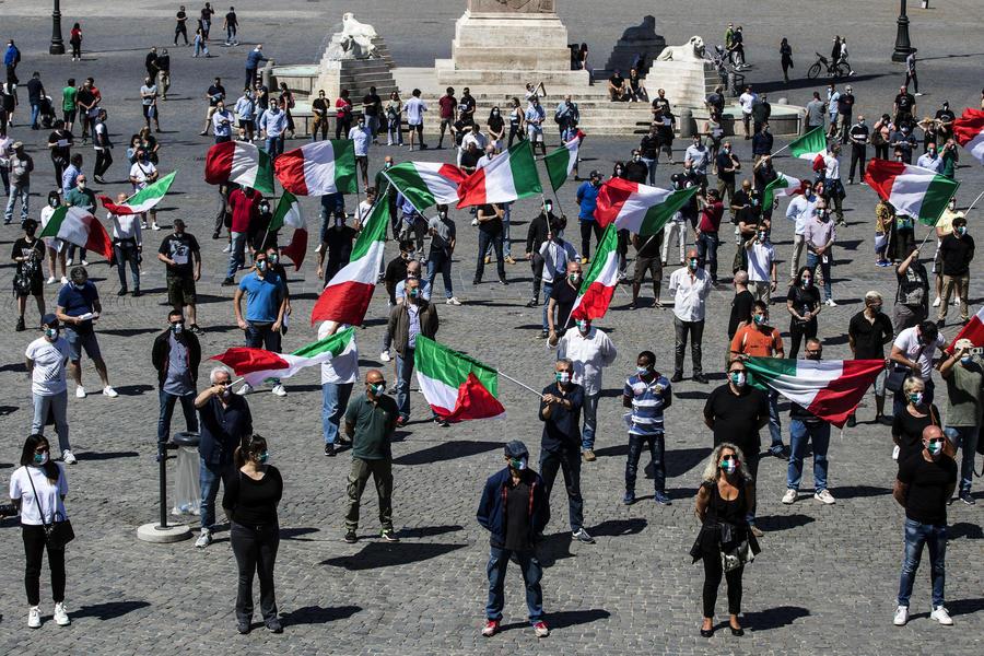 Protesta del movimento 'Mascherine tricolori' a Roma thumbnail
