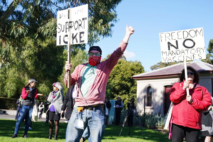 Protesta contro le vaccinazioni obbligatorie a Melbourne thumbnail