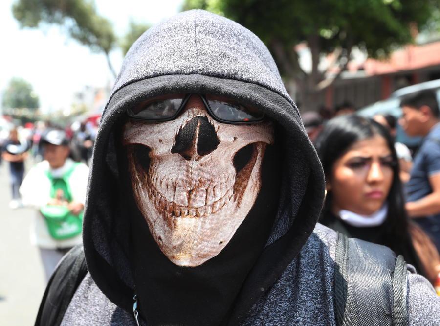 Un uomo mascherato a Città del Messico thumbnail