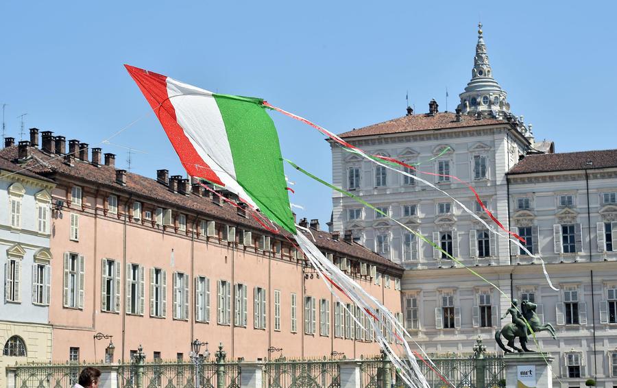 2 giugno: un aquilone tricolore a Piazza Castello thumbnail