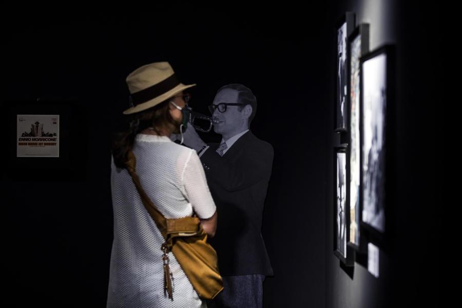 Una donna visita la mostra di Sergio Leone all'Ara Pacis thumbnail