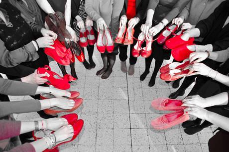 Foto le scarpe rosse simbolo di violenza e denuncia for Parlamentari donne del pd