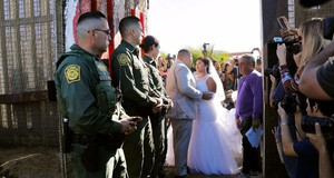 Evemia Reyes e Brian Houston si sono sposati all'ombra del muro tra America e Messico in una delle brevi aperture concesse in giorni particolari. Fonte foto: Border gate opens, briefly, for rare reunions and a wedding - The San Diego Union-Tribune