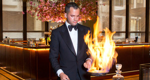 The Grill prepares Cherry Melba Flambe at a tableside cart. foto Brian Zak dal Ny Post