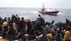 Hundreds of migrants land on Lampedusa