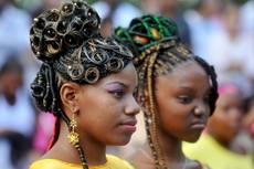 Capelli e follie al festival dell'acconciatura afro