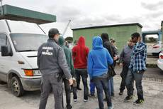 Human traffickers stopped with 15 migrants in false bottom